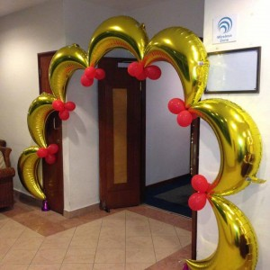 crescent balloon arch
